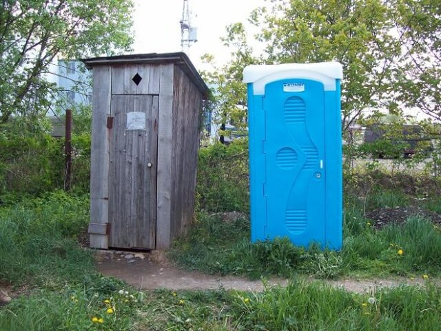 Дачная туалетная кабина из пластика